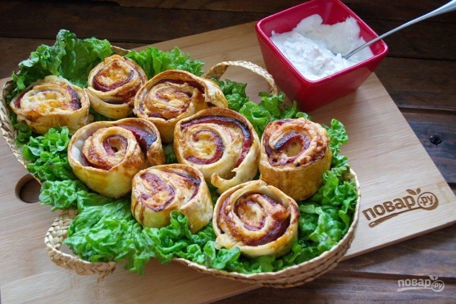 Разогрейте духовку до 200  градусов. Выпекайте булочки в духовке 15 минут до характерного румяного цвета.