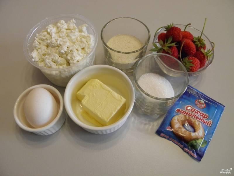 Приготовьте для запеканки зернистый творог. Если он слишком сухой, то можно добавить еще одно яйцо. Его не нужно перетирать или измельчать, структура этой запеканки не должна быть однородной массой.