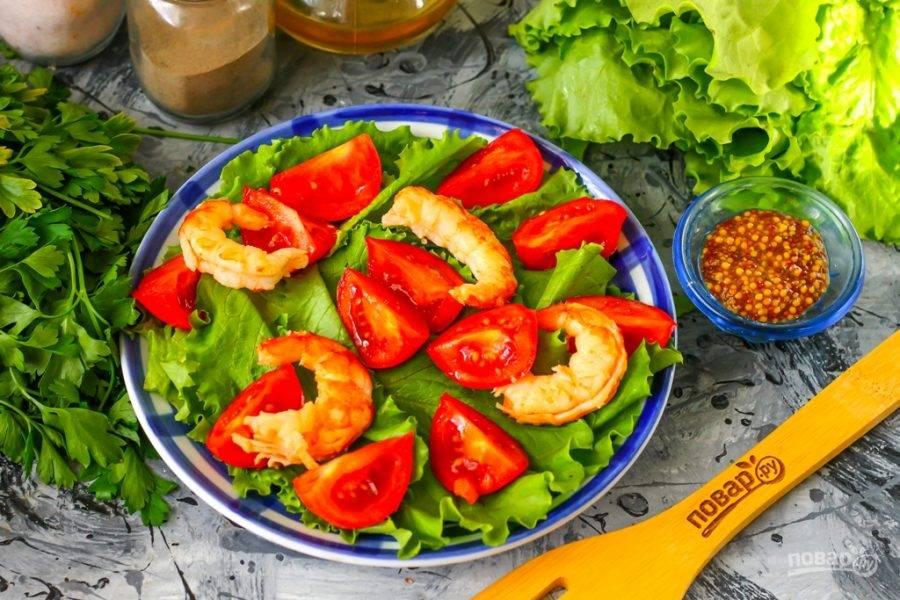 Очищенные вареные или жаренные креветки любого сорта выложите между ломтиков томатной нарезки. Можно просто предварительно залить замороженные креветки кипятком, если они продавались вареноморожеными.