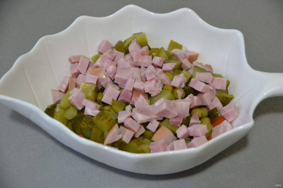 Порежьте кубиком ветчину и тоже добавьте в салат.