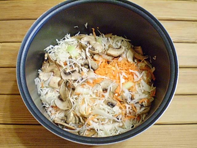 4. В приготовлении начинки мне помогает мультиварка. Если её нет, сделайте тоже самое в сковороде с глубокими бортами. Налейте масло на дно кастрюли мультиварки. Сложите все ингредиенты. Посолите по вкусу. Влейте сок томатный.