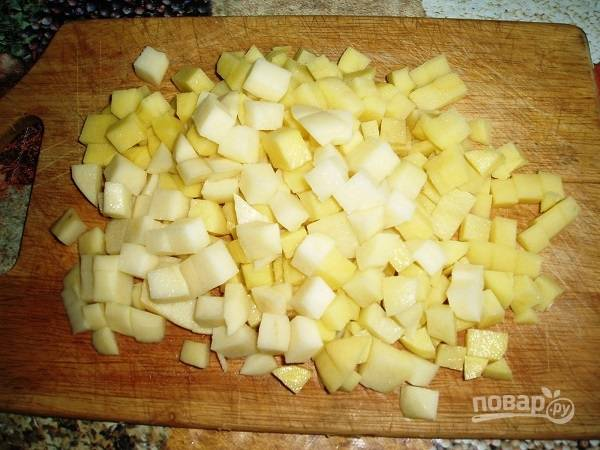 10. Когда бульон закипит, выложите в него мясо и нарезанный кубиками картофель.