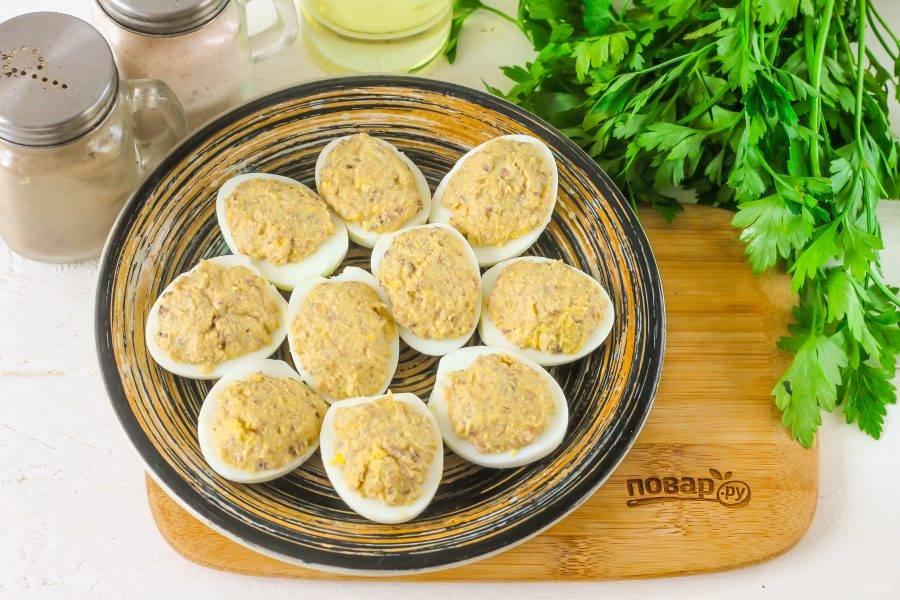 Начините оставшиеся на тарелке белки приготовленной рыбной начинкой.