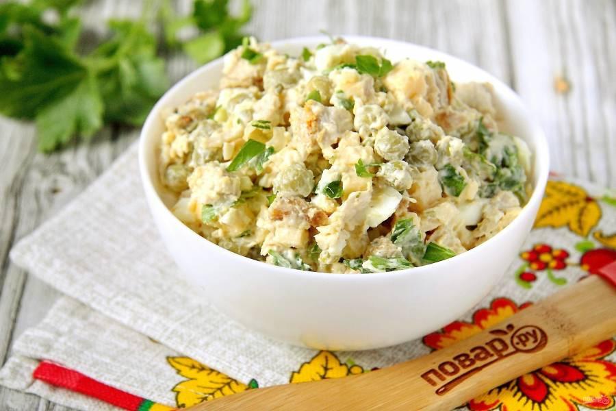Салат с зеленым горошком и курицей