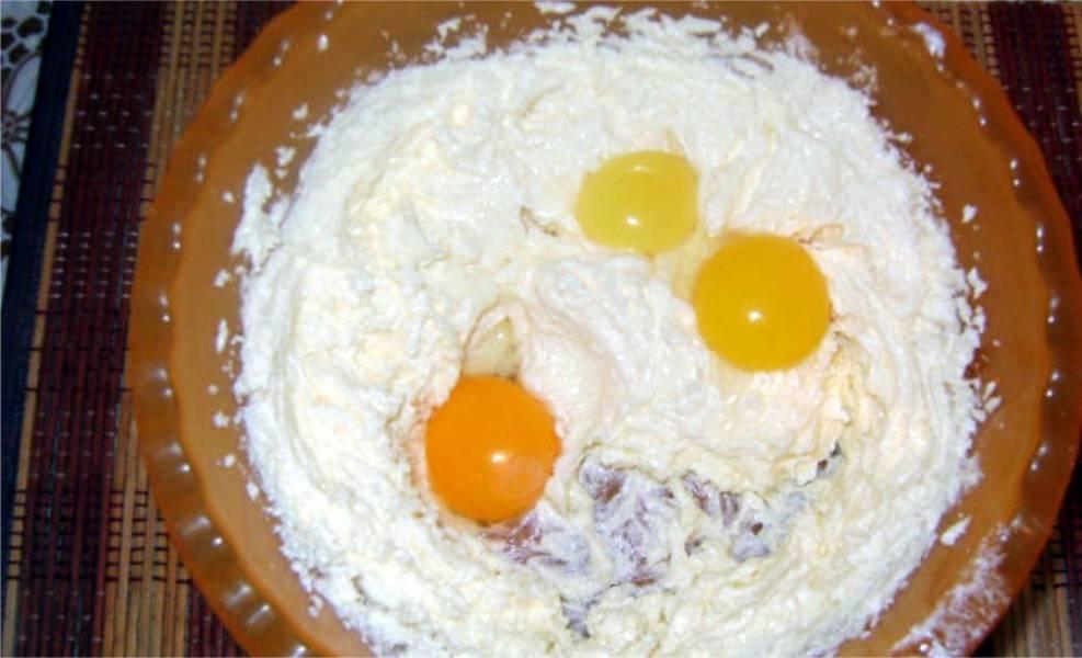 2. Отделите белки от желтков. Три желтка перемешайте с 200 граммами сахара и размягченным маргарином. Хорошенько взбейте.