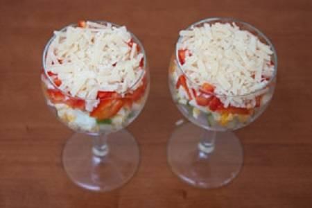 10. Посыпать тертым сыром и украсить зеленью. Вот и весь простой рецепт салата-коктейля с ветчиной, который сразу можно подавать к столу.