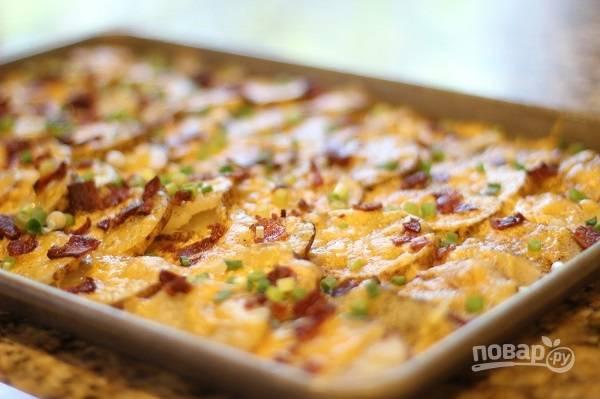 6. Запекайте минут 20-25 до мягкости картофеля. Присыпьте свежей зеленью и подавайте к столу. Приятного аппетита!
