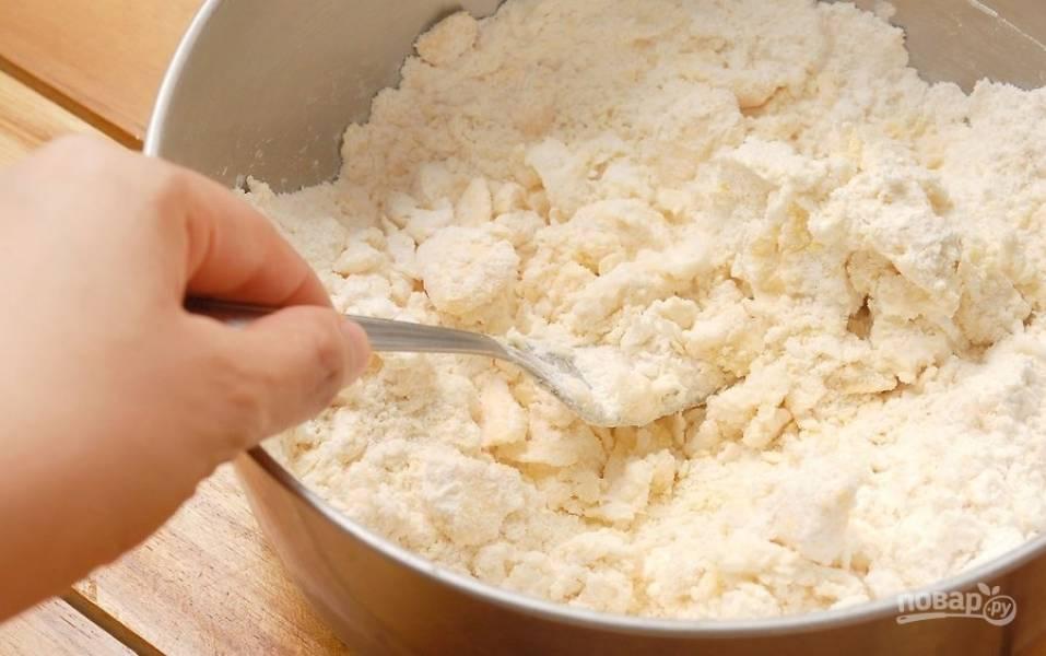 Просеиваем муку, смешиваем с солью. Размягченное сливочное масло режем кубиком, добавляем к муке и хорошенько перетираем все в кроошку. Постепенно добавляем холодную воду и замешиваем тесто.