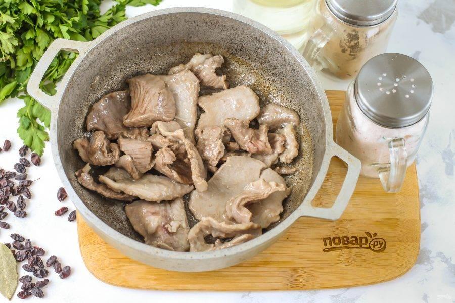 Прогрейте казан с растительным маслом или замените его смальцем, курдючным жиром — по желанию. Выложите в жир кусочки баранины и обжарьте до румяности примерно 5-6 минут.