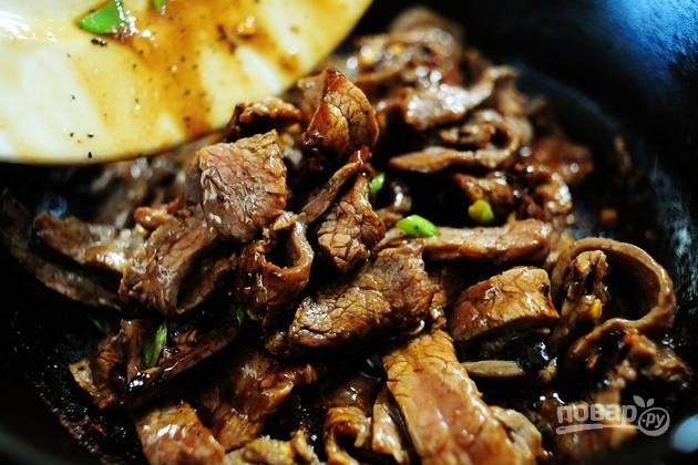 7. Обжарьте мясо с луком до готовности.