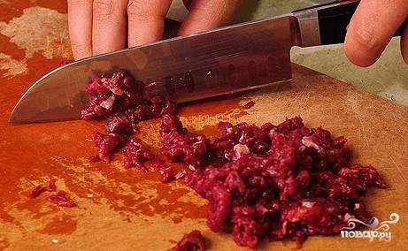 Нарубите мясо на маленькие кусочки размером в 1-2 см. Этот размер считается традиционным для самсы. Не рекомендую пользоваться мясорубкой.
