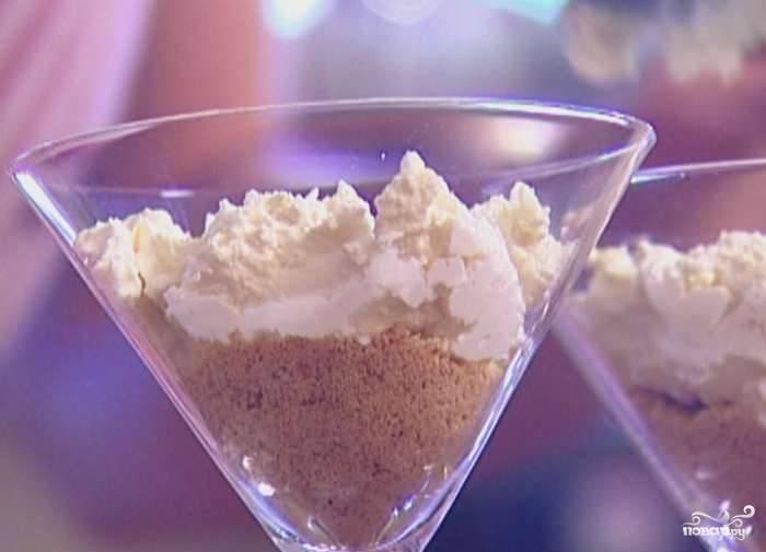 """Возьмите подходящие бокалы, к примеру, подойдут """"мартинки"""". Выложите на дно каждого бокала крошку печенья, затем творожную пасту."""