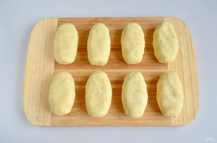 Формируйте руками овальные пирожные весом по 60 г каждое.