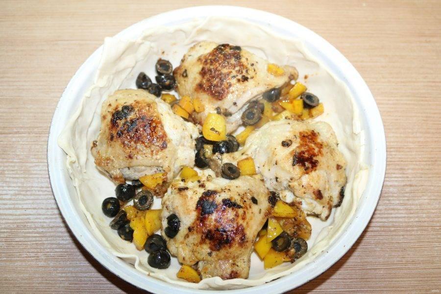 Выложите на тесто курицу с перцем и маслинами.