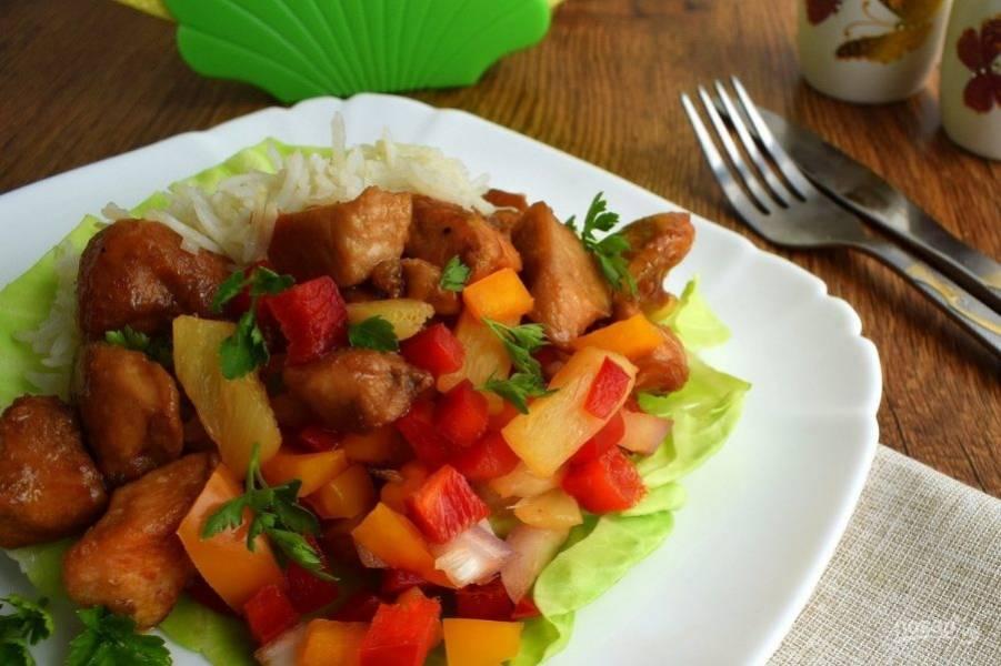 На тарелки выложите листья салата, кусочки курицы, сальсу и подавайте с отварным рисом. Приятного аппетита!