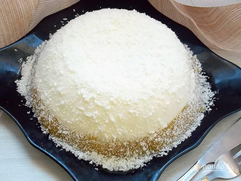 Остудите. Поставьте в холодильник на два часа. Выньте, перевернув чашу с десертом на тарелку. Посыпьте кокосовой стружкой.