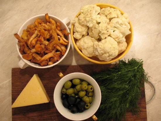 1. Вот перед вами весь набор ингредиентов, который будет использован при приготовлении цветной капусты с грибами и сыром.