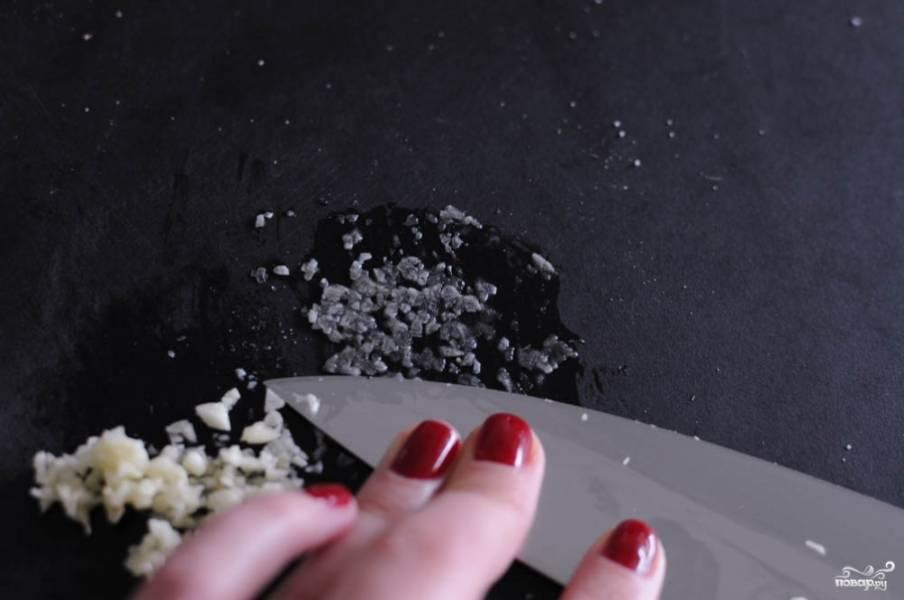 Чеснок мелко измельчите. Можете для этого воспользоваться чеснокодавкой. Добавьте чеснок в молочно-сливочную смесь.