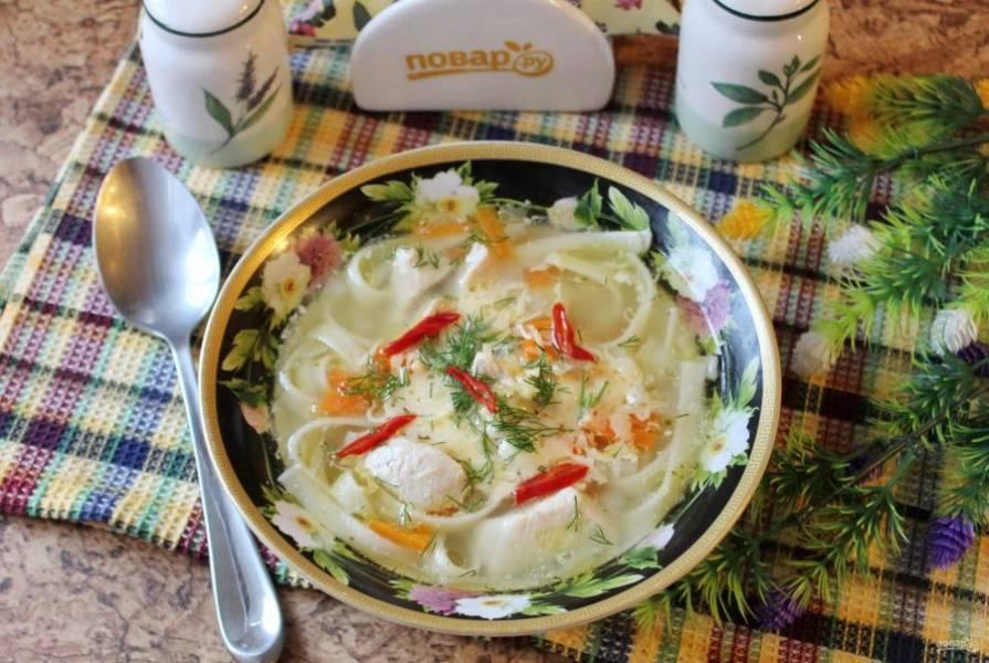 Узбекский суп готов. При подаче посыпьте его тертым сыром, зеленью. При желании можно добавить немного нарезанного красного острого перца.