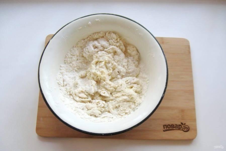 Перемешайте муку, кипяток, соль, яйцо и подсолнечное масло.