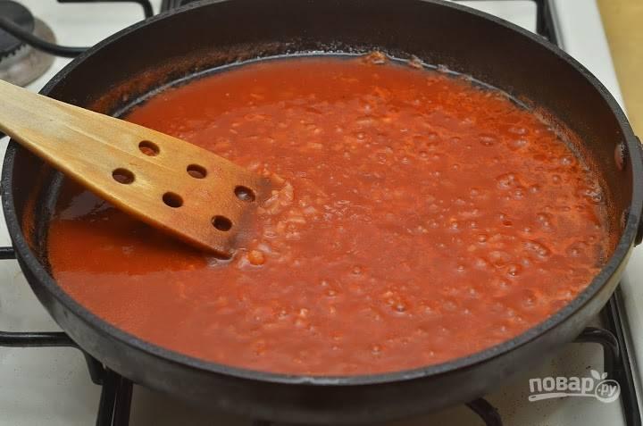 8. Добавьте томатное пюре (можно использовать разведенную пасту или домашний томат, например). Доведите до кипения. По вкусу можно добавить соль, сахар, перец.