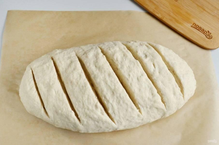 Через час сделайте на хлебе надрезы и отправьте в духовку на 30-40 минут, температура 180-190 градусов.