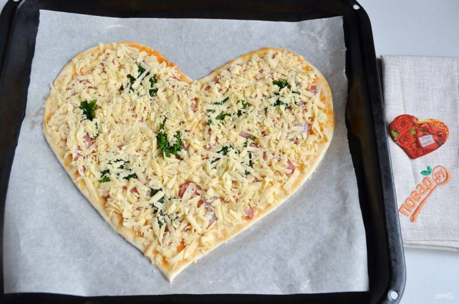 7. Распределите листочки шпината, сверху щедро посыпьте тертым сыром.