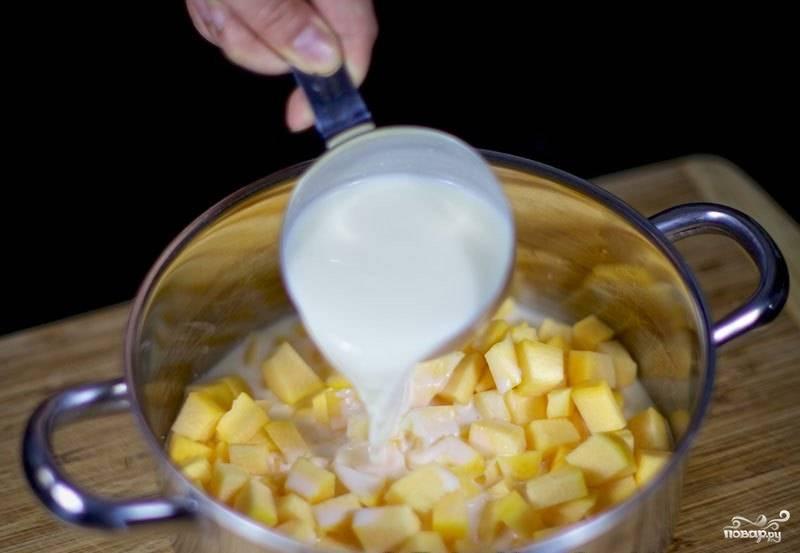 Почистите тыкву и нарежьте маленькими кубиками. Залейте молоком и поставьте вариться на среднем огне около 30 минут.