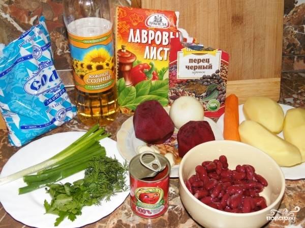 1. Вот такой набор ингредиентов вам будет необходим, чтобы повторить на своей кухне этот простой рецепт борща с консервированной фасолью. Первым делом поставьте на огонь кастрюлю с водой.