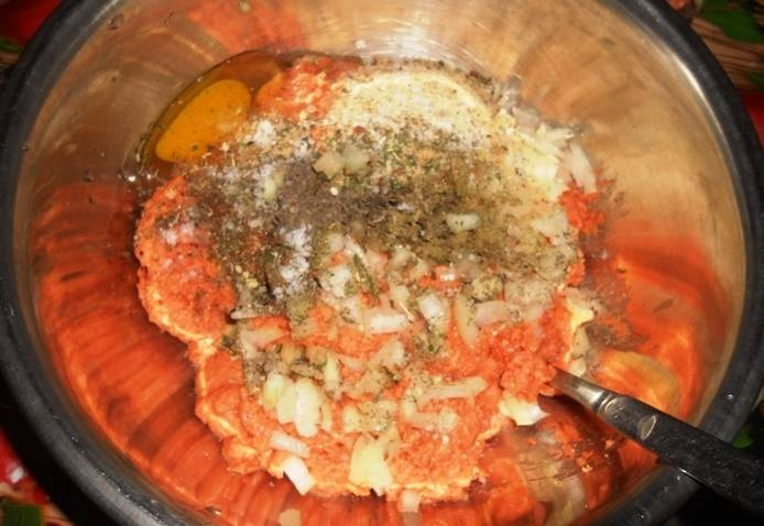 В миску с фаршем разбиваем яйцо, добавляем 2 столовые ложки панировочных сухарей и измельченный репчатый лук. Приправляем фарш специями, солим и тщательно перемешиваем.