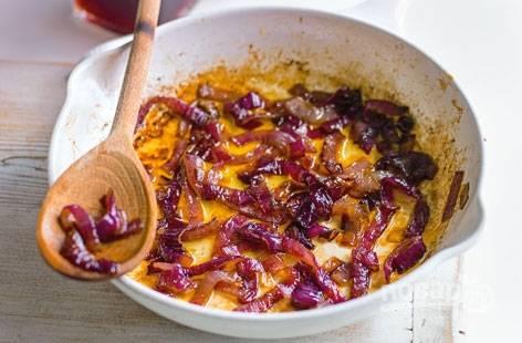 4. Обжарьте измельченный лук на сковороде до мягкости. Добавьте винный уксус и мед. Потушите минуты 3 на среднем огне.