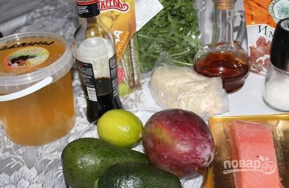 Для салата вам понадобится семга, которая должна быть свежей и малосольной. Также следует выбрать спелый манго и авокадо, иначе они не будут такими яркими в салате.