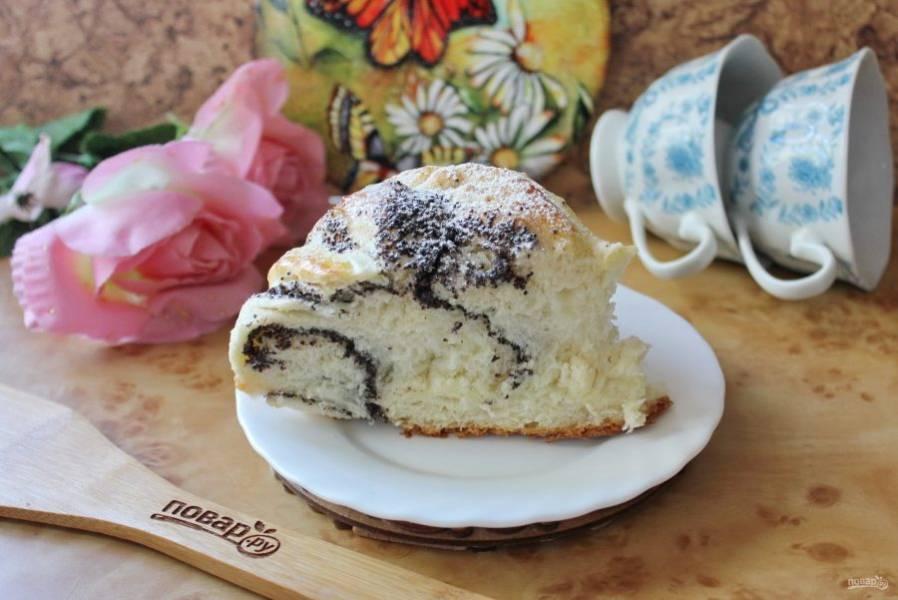 Разрежьте пирог и подавайте к столу.
