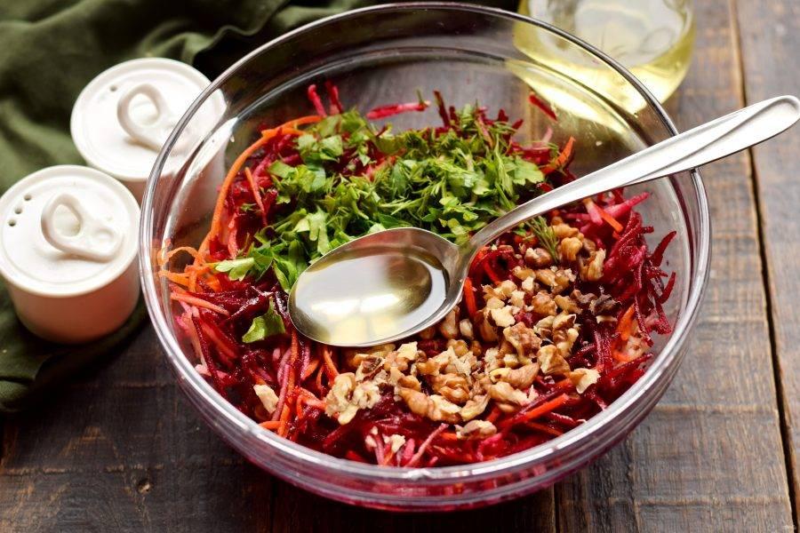 Салат заправьте маслом, всыпьте щепотку соли, тщательно перемешайте.