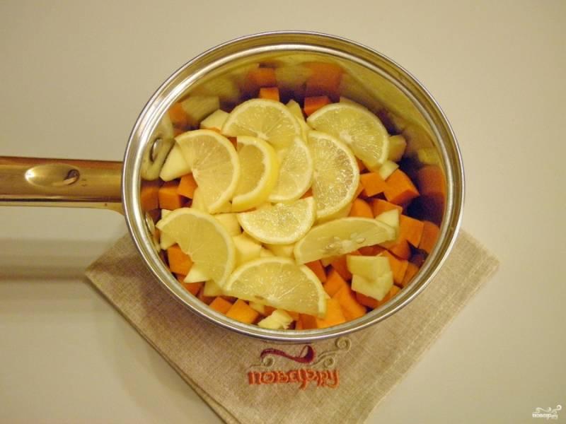 Сложите в нержавеющую кастрюлю тыкву, яблоки и лимонные дольки.