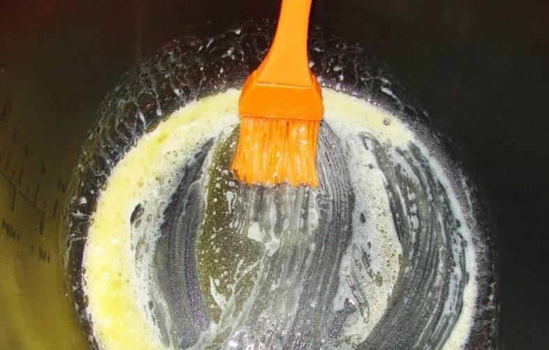 Теперь мы смазываем чашу мультиварки топленым маслом.