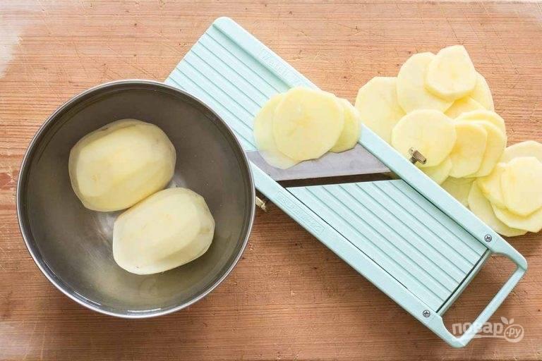 3.Очистите картошку и натрите ее на тонкие слайсы, воспользуйтесь специальной теркой.