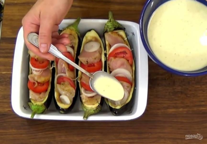 4. Чередуя, добавьте куриное филе, помидоры и лук. Залейте все заправкой: сливки взбейте с яйцом, солью и приправой с помощью венчика. Отправьте в разогретую до 190 градусов духовку на 20 минут. Приятного аппетита!