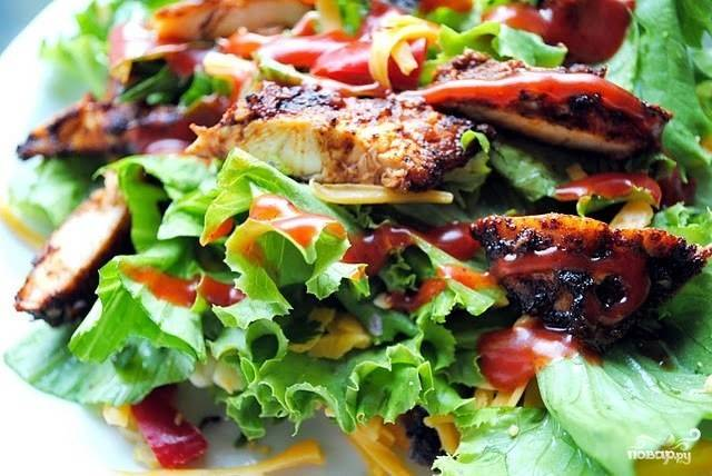 Аккуратненько перемешиваем - и салат с курицей-гриль готов! Приятного аппетита!