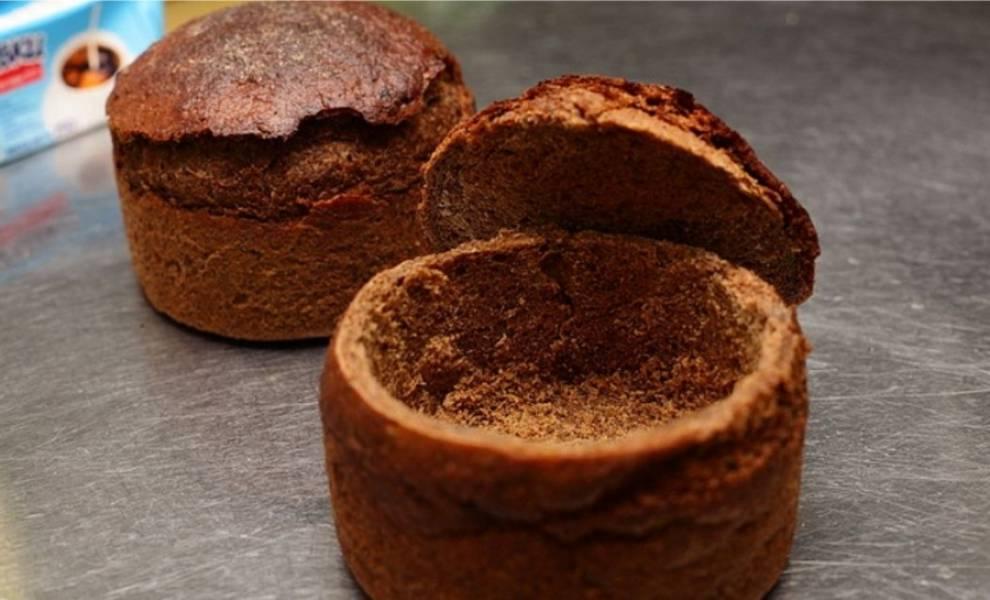 5. Теперь время подготовить мисочки из черного хлеба. Отрезаем верхушки, вытаскиваем всю мякоть. Если булочки слишком мягкие - поставьте их на 5 минут в духовку подсушиться.