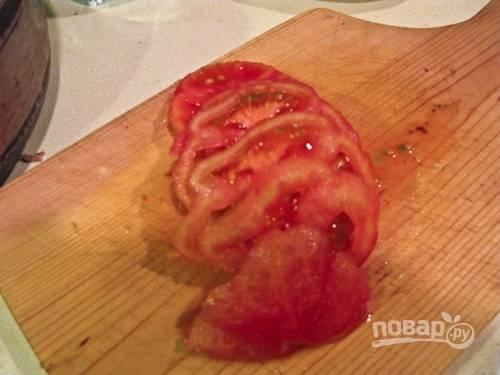 3. Нарежьте помидоры, добавьте на сковороду и обжарьте еще 3-4 минуты.