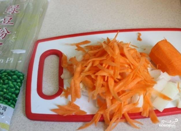 1. Первым делом очистите лук и нарежьте небольшими кубиками. Морковь очистите и натрите на терке. На сковороде разогрейте растительное масло.