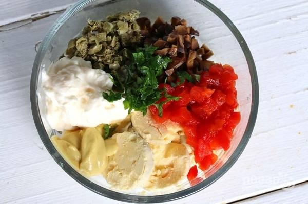 3. В глубокой мисочке соедините нарезанный перец, желтки, измельченные оливки и каперсы, зелень. Добавьте майонез, горчицу, соль и перец по вкусу.