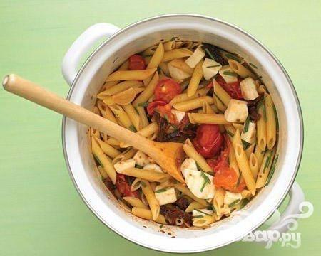 Паста с помидорами и сыром моцарелла