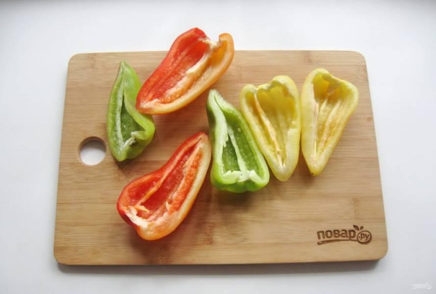 2. Перцы очистите от семян и помойте.