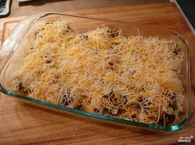 Посыпьте тертым сыром.