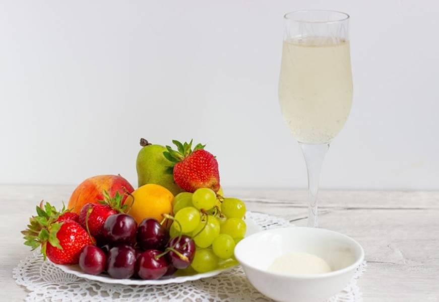 Подготовьте все необходимые ингредиенты. Фрукты и ягоды хорошо помойте.
