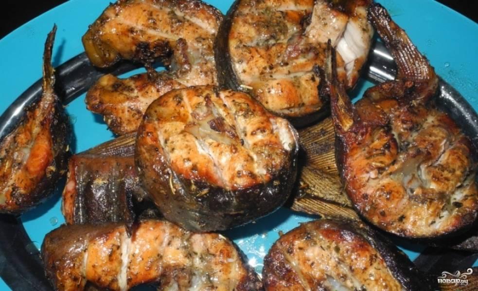 Готовую рыбу перекладываем в блюдо. Сверху осетрину можно приправить рубленной зеленью и чесноком. Приятного аппетита!