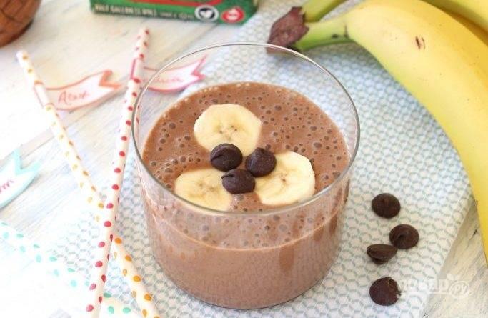 4. Подавайте смузи с фруктами и шоколадом сразу же. Наслаждайтесь!