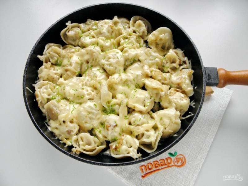 Порежьте мелко лук. Когда сыр расплавится, присыпьте луком пельмени с сыром. Ужин готов! Приятного аппетита!